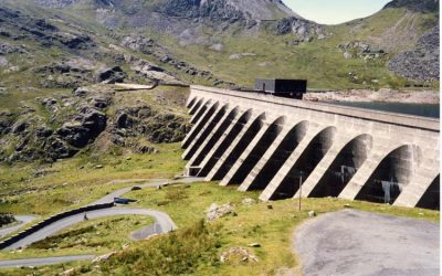 Stwlan Dam at Ffestinog pumped storage plant in Wales, UK. Built in the 1960s, this photo was taken in 1988 - just four years after Dinorwig, the UK's most-recently built pumped hydro plant opened. Image: wikimedia user Arpingstone / Public Domain.